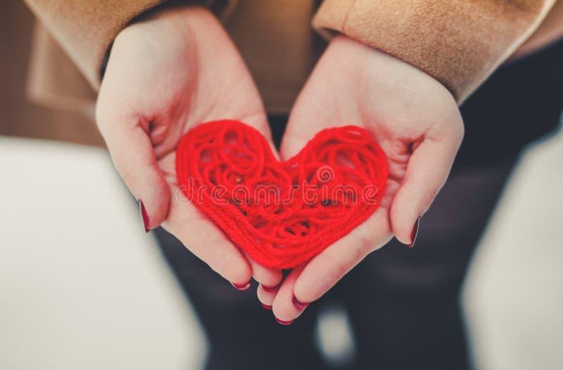 Hjärta av den röda tråden royaltyfria foton