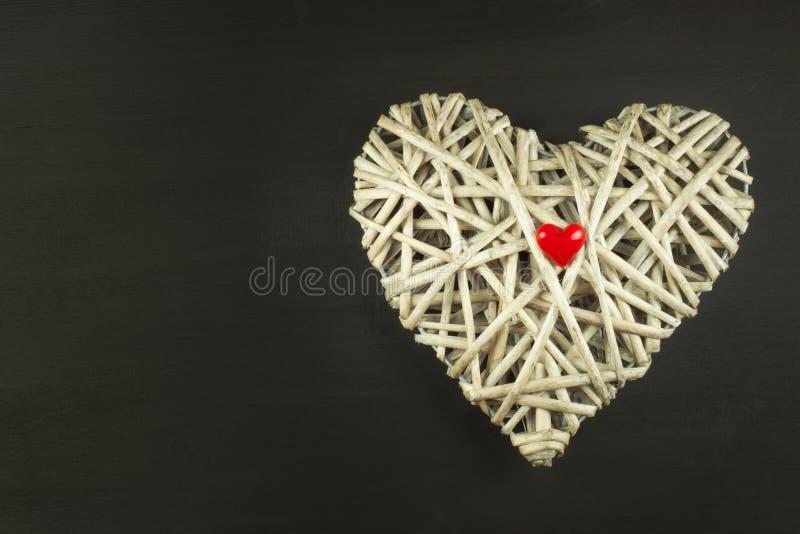 Hjärta av gnäggandet på träbakgrund Symbol av förälskelse fotografering för bildbyråer
