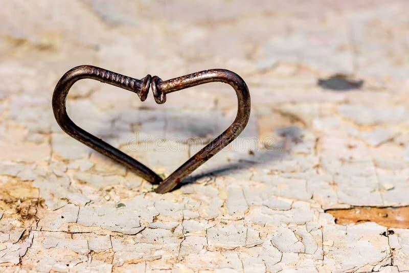 Hjärta av krökt spikar, ett symbol av lösning av svårigheter på th arkivbilder