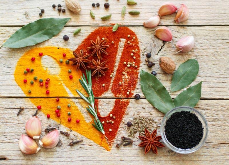 Hjärta av kryddor och smaktillsatser royaltyfria bilder