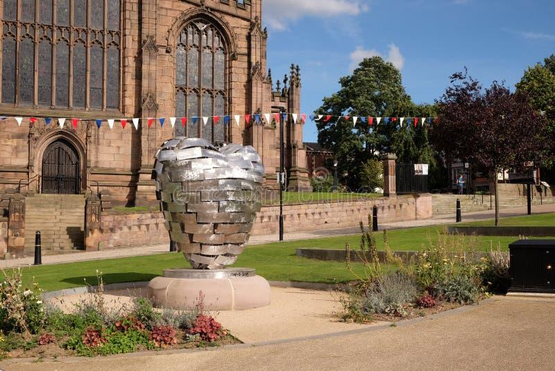 Hjärta av stålskulptur som är främst av den Rotherham domkyrkan royaltyfria bilder