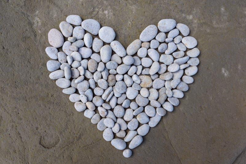 Hjärta av vita stenar arkivbilder