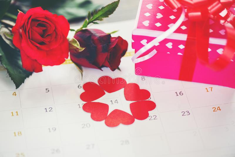 Hjärta för eden för begreppet för tid för förälskelse för valentindagkalendern på Februari 14 av den Sanka valentins asken för gå royaltyfria bilder
