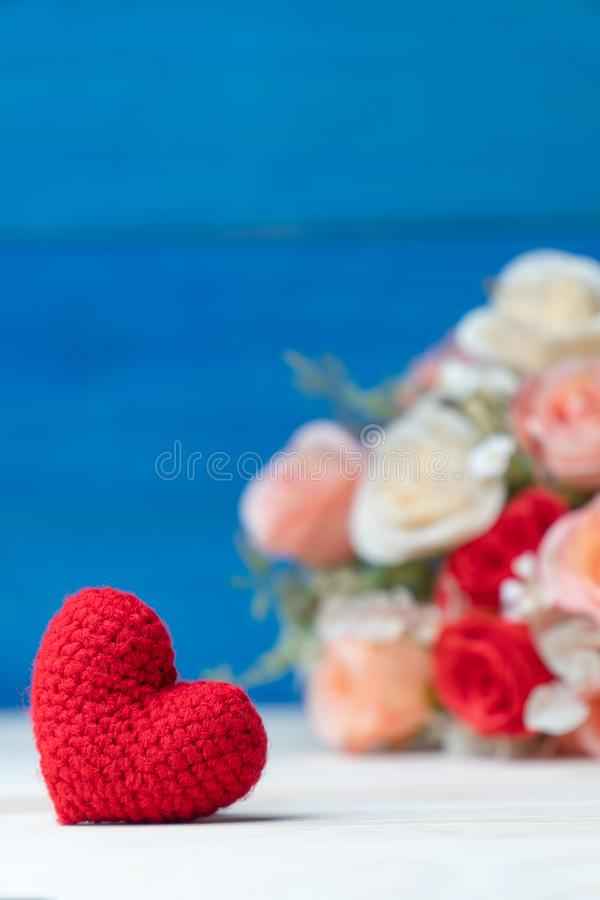 hjärta för gåvan för dagen för begreppet för den blåa asken för bakgrund isolerade begreppsmässig valentiner för quill för smycke fotografering för bildbyråer