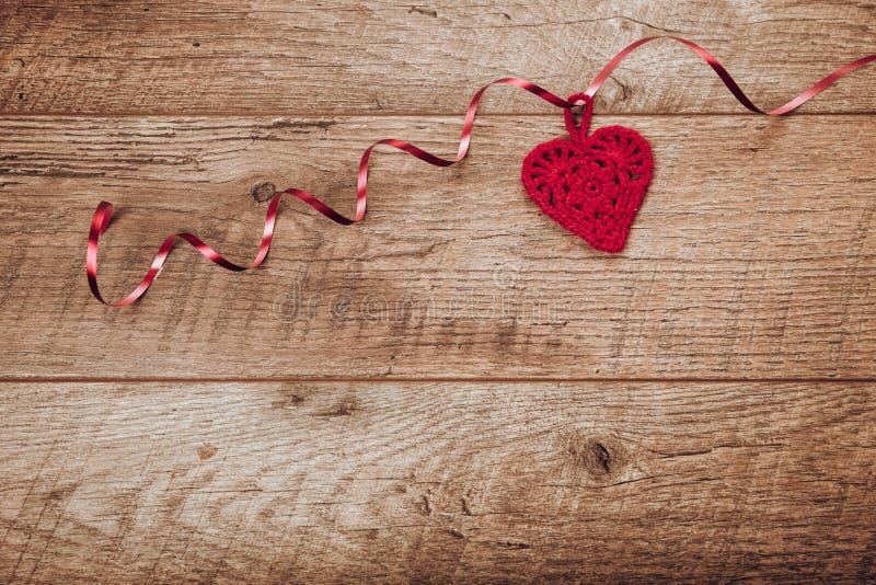Hjärta för två rosa färg Inställning för ställe för valentindagtabell Trätabell med kopieringsutrymme royaltyfria bilder