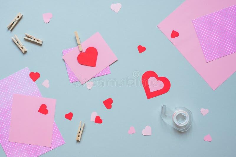 Hjärta för två rosa färg Valentinkortet med hjärta och hantverket skyler över brister på den blåa bakgrunden fotografering för bildbyråer
