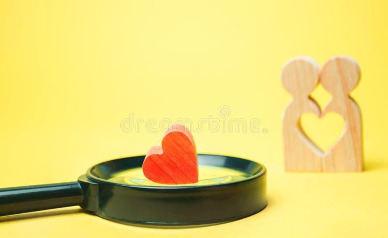 Hjärta, förstoringsglas och ett förälskat par Begreppet av familjproblem och förlust av känslor för din älskade konsultation arkivbilder