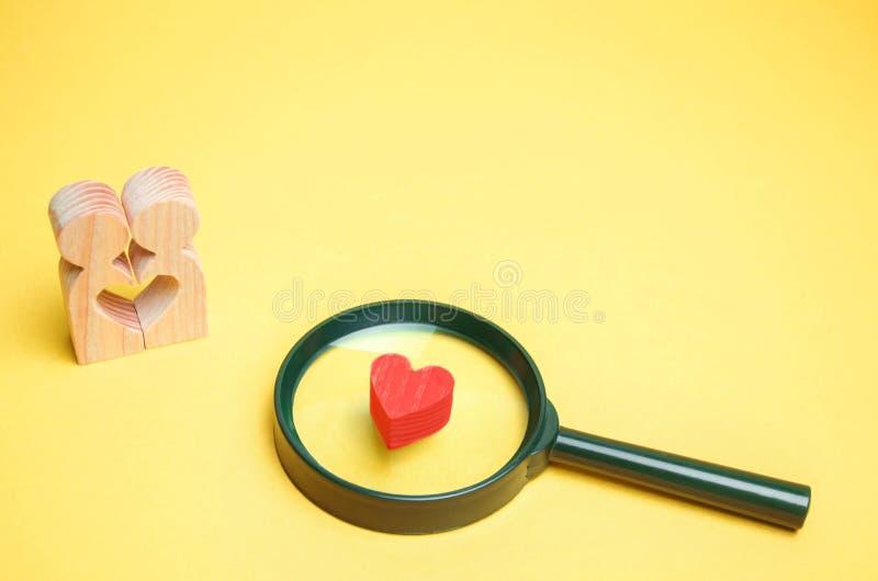 Hjärta, förstoringsglas och ett förälskat par Begreppet av familjproblem och förlust av känslor för din älskade konsultation fotografering för bildbyråer