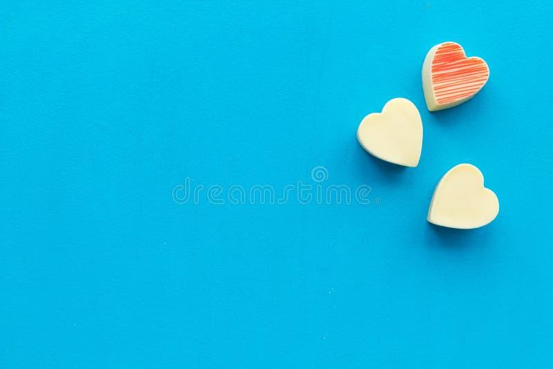 Hjärta-formad confection för valentin dag på blått utrymme för bästa sikt för bakgrund för text arkivbilder