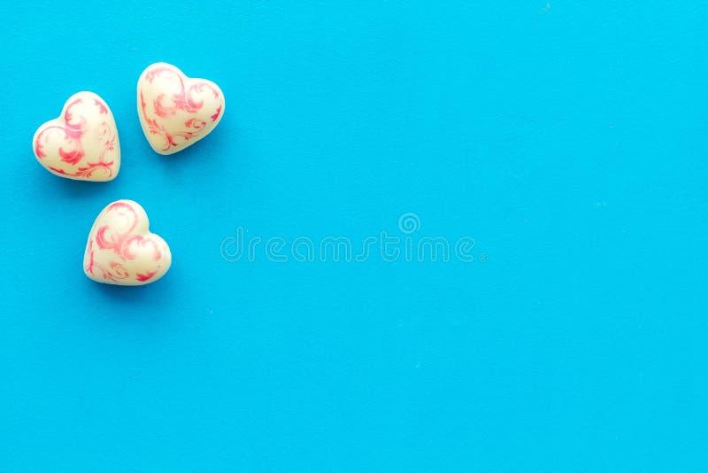 Hjärta-formad confection för valentin dag på blått utrymme för bästa sikt för bakgrund för text royaltyfria foton
