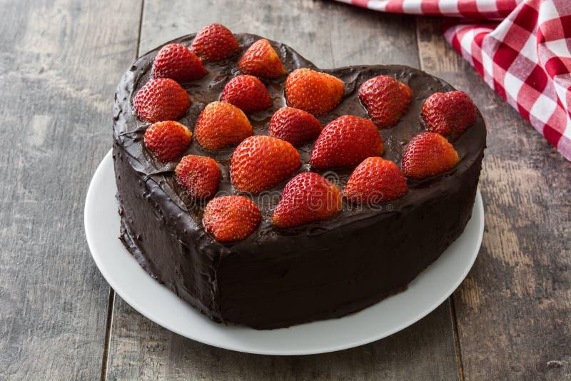 Hjärta formad kaka för dag för valentin` s eller dag för moder` s på träbakgrund arkivfoto