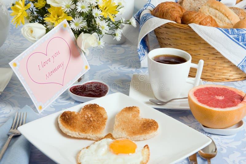 hjärta formad rostat bröd royaltyfri bild