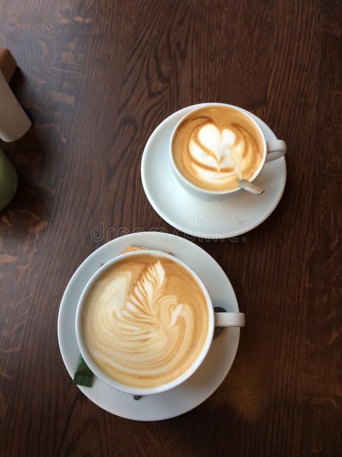 Hjärta formade coffecapucionno två koppar av lattekaffe arkivfoton