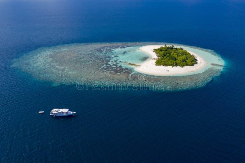 Hjärta formade inget landskap för panorama för flyg- sikt för folkön Maldive royaltyfri fotografi