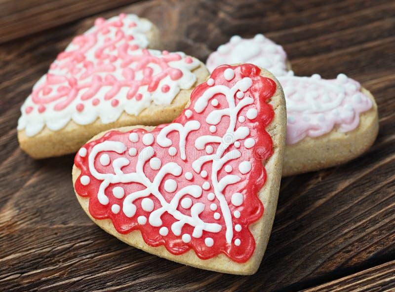 Hjärta formade kakor bakade valentins dag arkivbilder