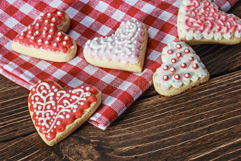 Hjärta formade kakor bakade valentins dag fotografering för bildbyråer
