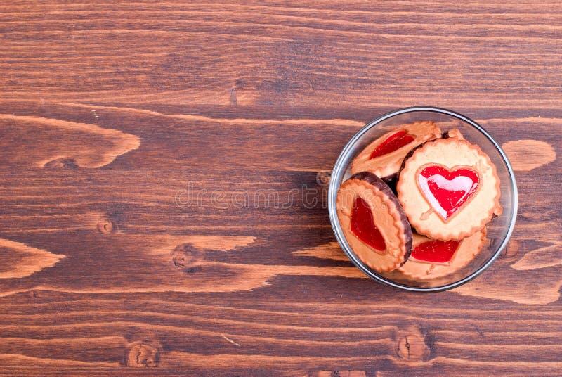 Hjärta-formade kakor för valentin dag på brädet arkivfoto