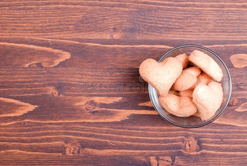 Hjärta-formade kakor för valentin dag på brädet royaltyfria bilder