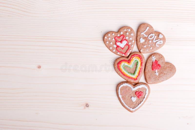 Hjärta-formade kakor för valentin dag på brädet royaltyfria foton