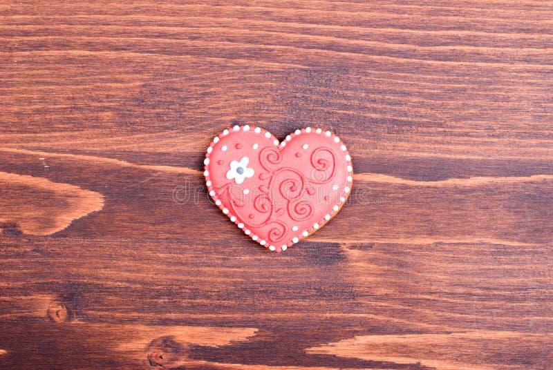 Hjärta-formade kakor för valentin dag på brädet arkivbild