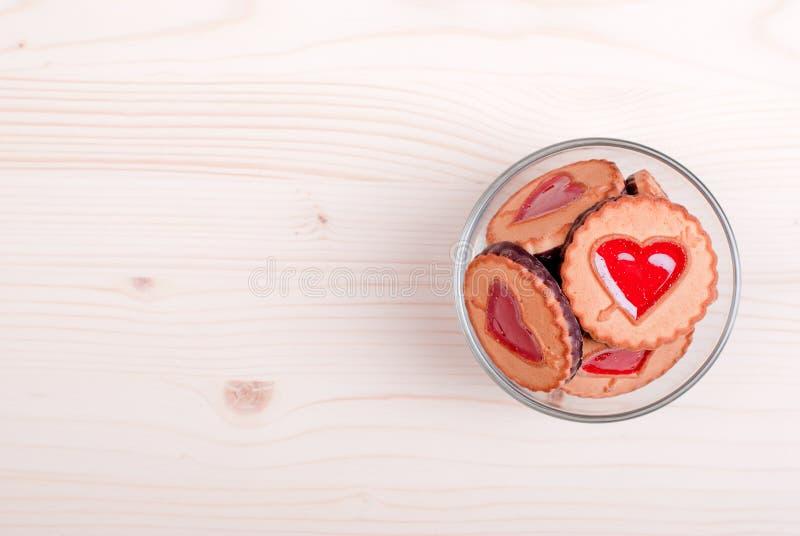Hjärta-formade kakor för valentin dag på brädet royaltyfri bild