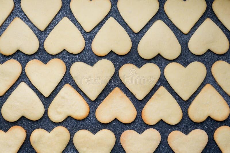 Hjärta formade kakor för valentins dag på mörk bakgrund close upp royaltyfri foto
