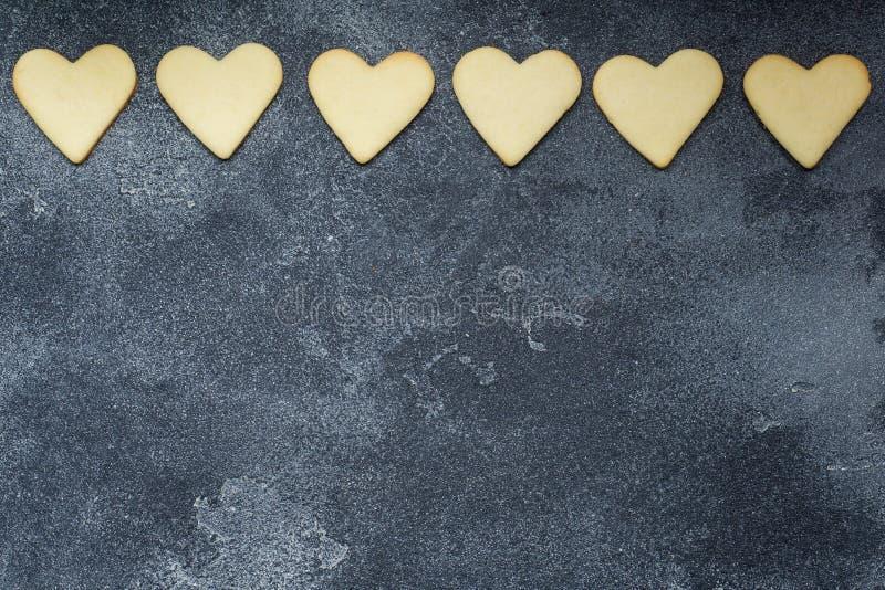 Hjärta formade kakor för valentins dag på mörk bakgrund kopiera avstånd royaltyfri foto