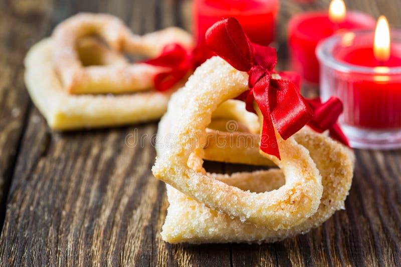 Hjärta formade kakor med det röda bandet arkivfoton