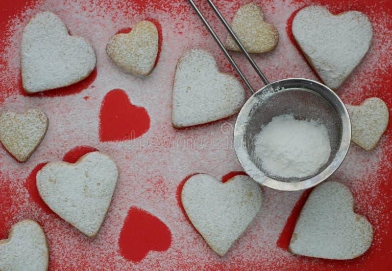 Hjärta formade kakor med sockerpulver för valentins dag royaltyfri bild