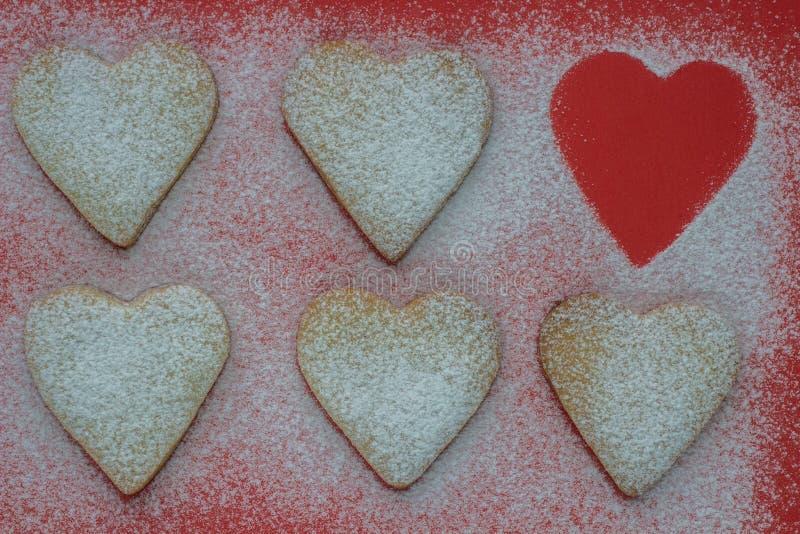 Hjärta formade kakor med sockerpulver för valentins dag Shal arkivbild
