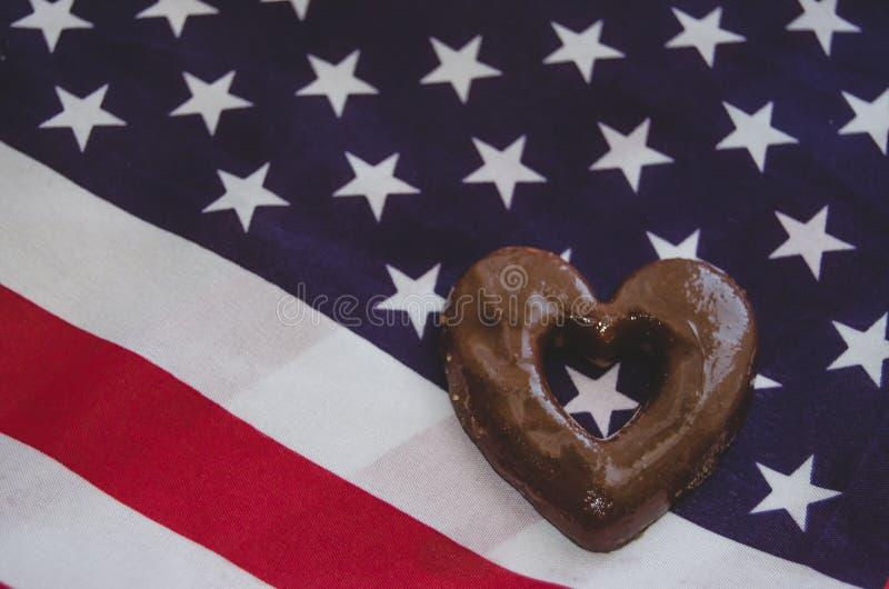 Hjärta formade kex, och USA sjunker på lycklig minnesdagen för trätabell arkivfoto