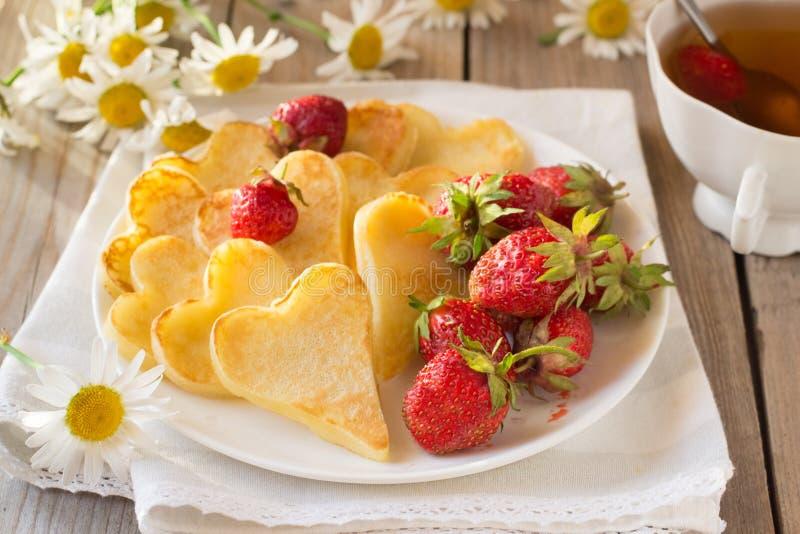 Hjärta formade pannkakor med jordgubben royaltyfri foto