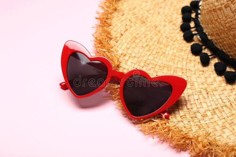 Hjärta formade solglasögon och sugrörhatten, utrymme för text arkivfoton