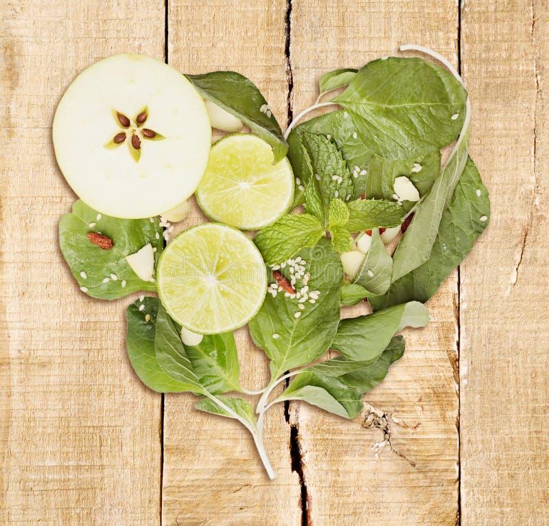 Hjärta formade superfoods på trä arkivfoto