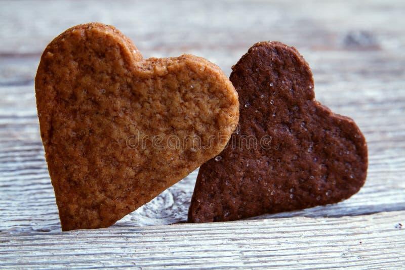 Hjärta-formade valentindagkakor royaltyfria foton