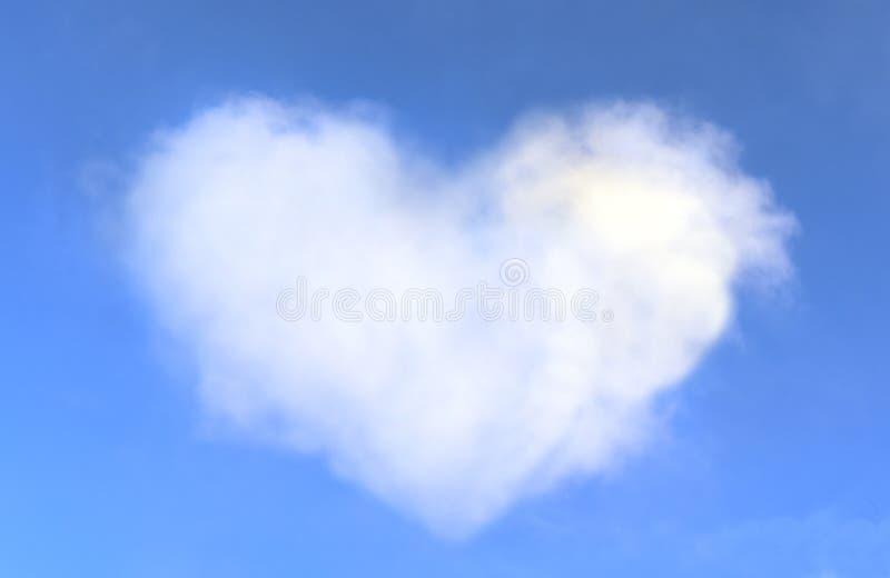 Hjärta format moln i blåttskyen royaltyfri foto