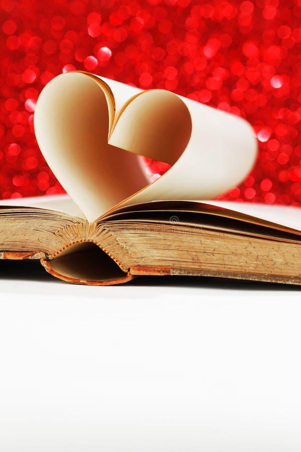 Hjärta från boksidor arkivbilder