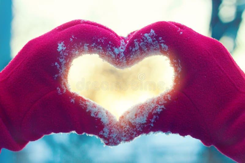 Hjärta från händer på vinterbakgrund fotografering för bildbyråer