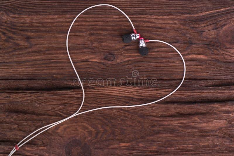 Hjärta från hörlurar arkivfoton