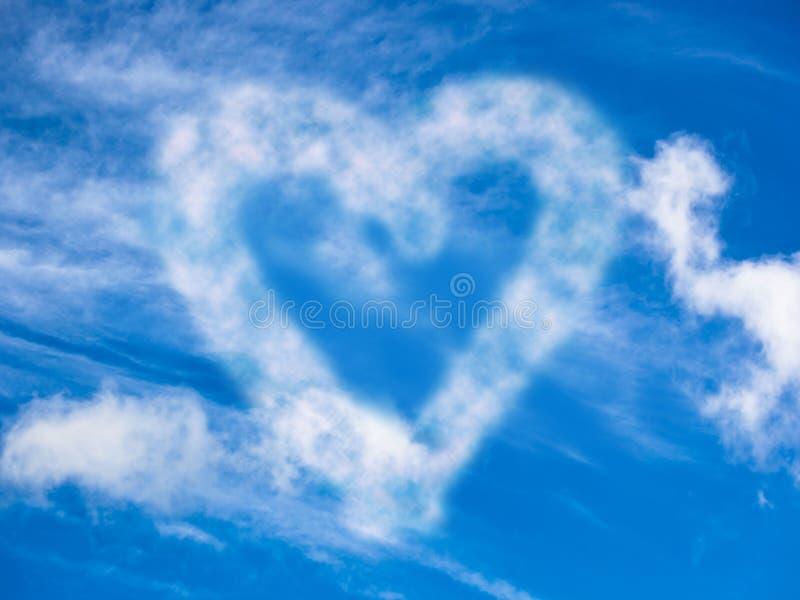 Hjärta i skyen royaltyfri bild