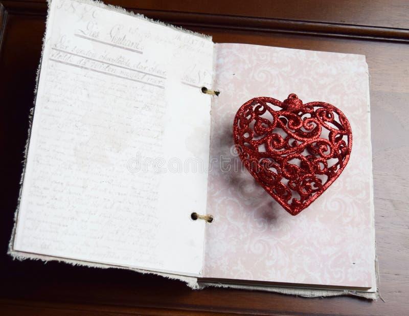 Hjärta med tappningboken arkivfoto