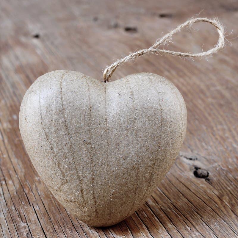 Hjärta på en lantlig träyttersida arkivfoto
