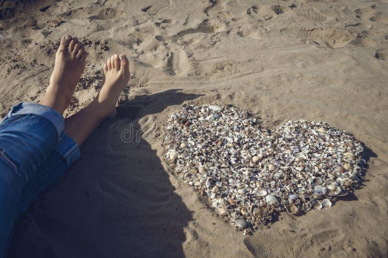 Hjärta på sanden royaltyfria foton