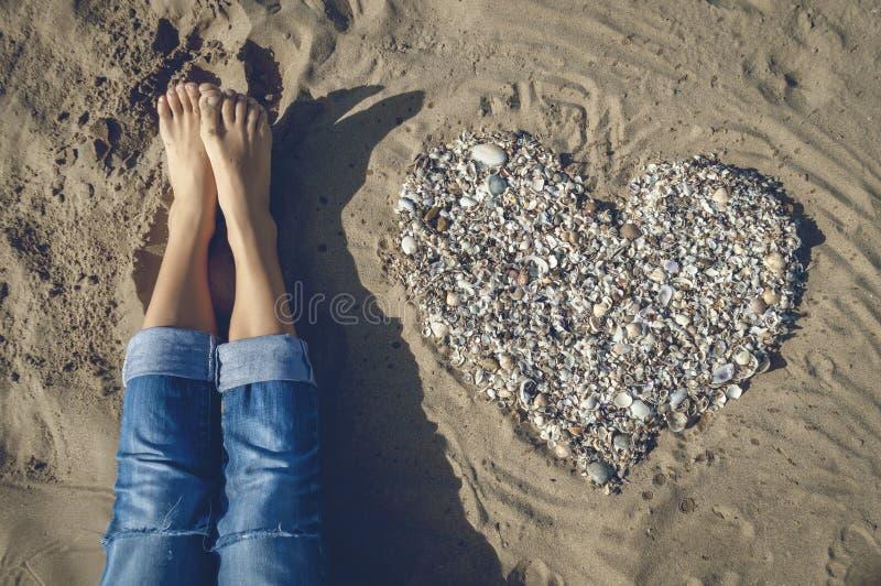 Hjärta på sanden arkivbilder