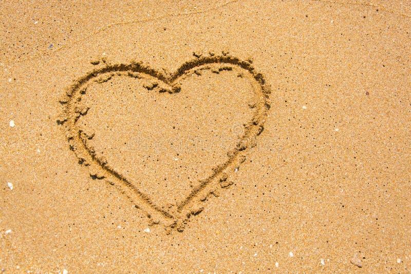 Hjärta på stranden i solig dag royaltyfri bild
