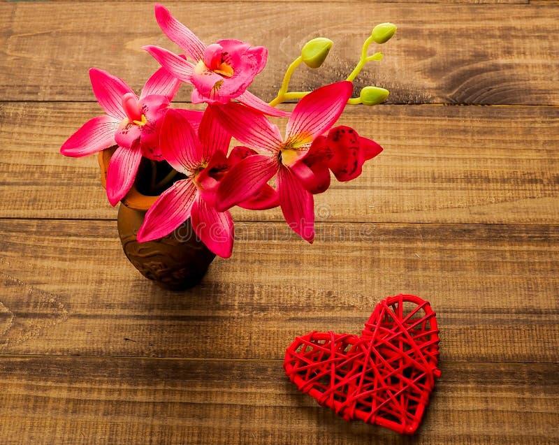Hjärta på träbakgrund, tomt närvarande valentinkort på träbakgrund royaltyfri fotografi