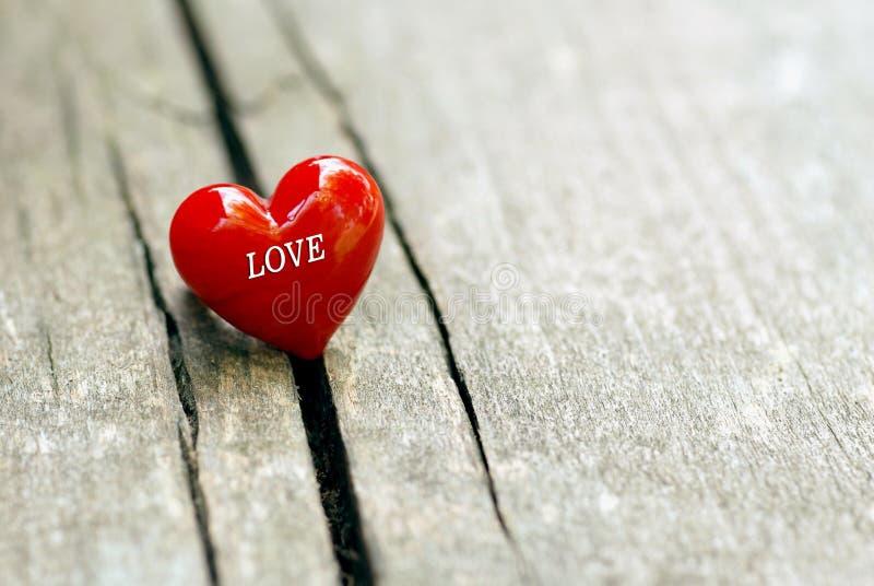 Hjärta på träbakgrund, valentin daggarnering royaltyfri foto