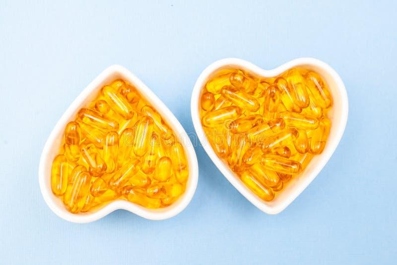 Hj?rta-Shape platta med omega 3 f?r kapslar f?r fiskolja, den sunda produkten och till?ggbegreppsslut upp, royaltyfri fotografi