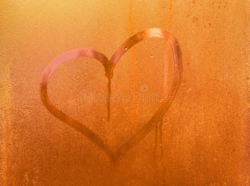 Hjärta som dras på svettigt exponeringsglas fotografering för bildbyråer
