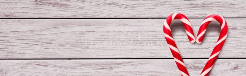 Hjärta som göras av godisrottingar på träbakgrund royaltyfri fotografi